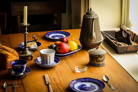 close-up photography of white ceramic plate arrangement on table