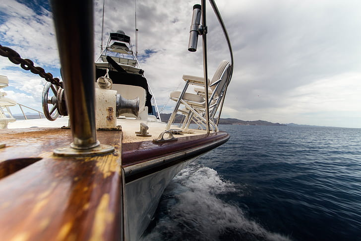 close photography of yacht sailing on body of water