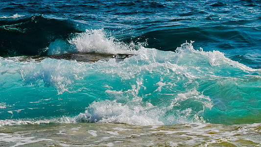 photo of splashing waves