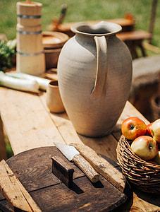 apple fruits on basket
