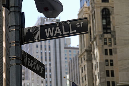 Wall St post in rule of thirds photography during daytime
