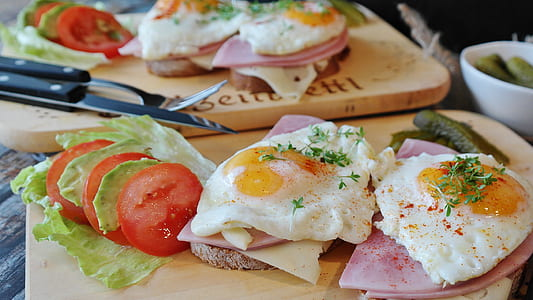 sunny side up eggs and hams white sliced tomatoes