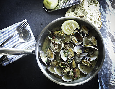 Steamed cockles in a pan