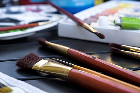 shallow focus photography of brown paint brush