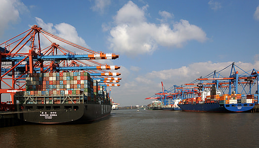 cargo ships with shipping containers during daytime