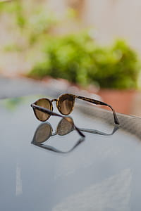 shallow focus photography of brown sunglasses