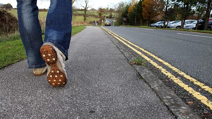 Persona caminando del lado izquierdo de la calle
