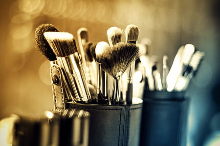 black handle makeup brush in closeup photography