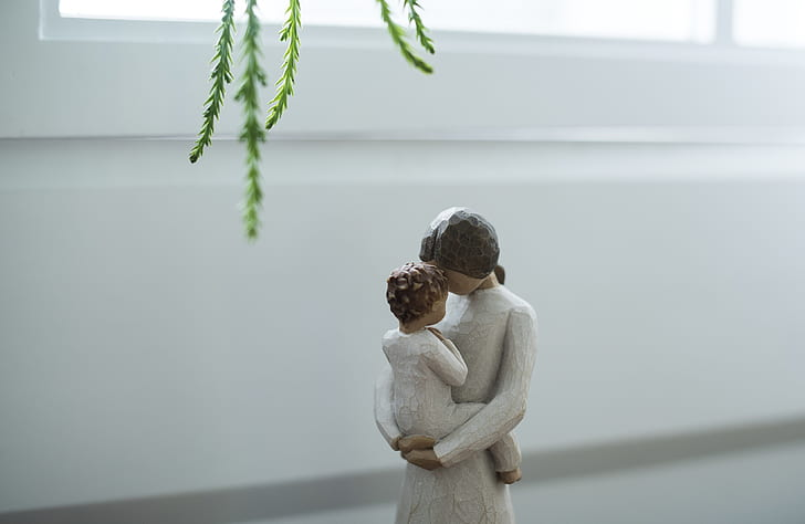 mother and child women figurine