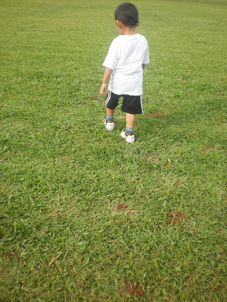 boy wearing white crew-neck t-shrt