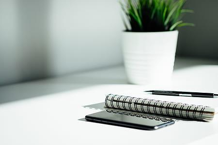 black and silver retractable pen
