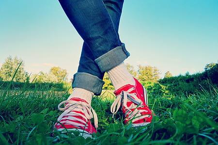 a titolo gratuito: foto in foto di persona con adidas nmd