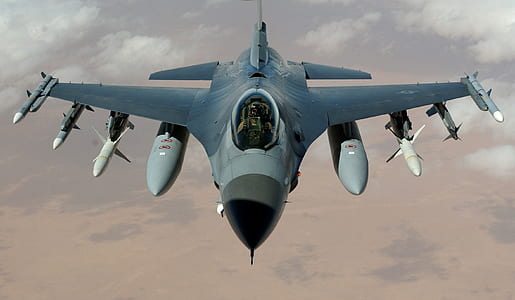 focused photo of F-16 fighter jet