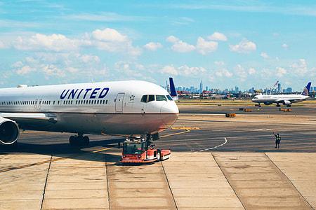 white and gray United airplane at daytime