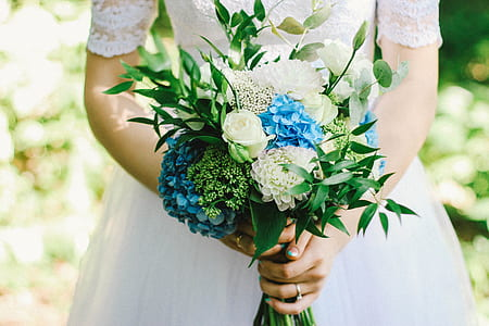 bride holding bouquet of flowers
