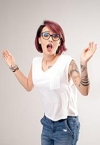 woman wearing white sleeveless pocket shirt and blue denim jeans