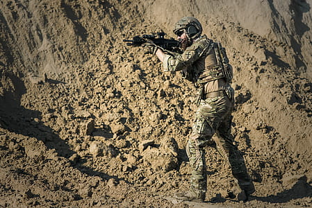 army holding assault rifle