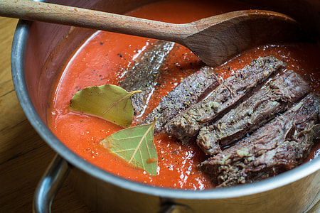 Tender beef with tomato sauce