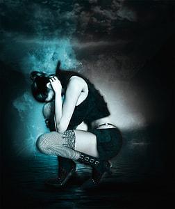 woman wearing black sleeveless crop top