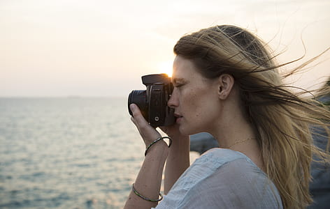 woman using mirrorless camera