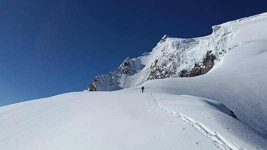 person doing snow ski