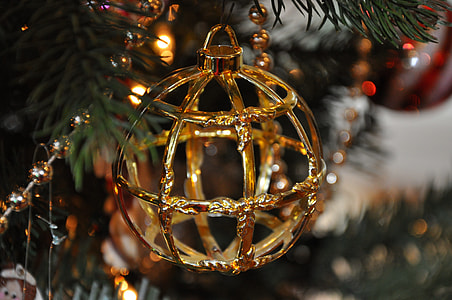 gold-colored bauble closeup photography