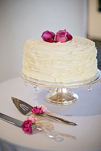 white baked cake