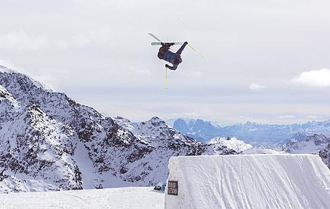 human doing ski during daytime