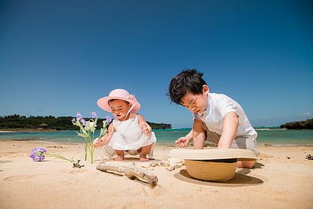 toddler wearing pink sunhat