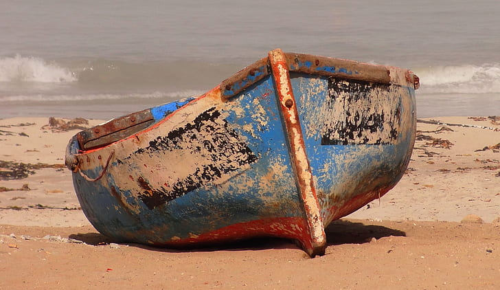shallow focus photography of blue and brown boat
