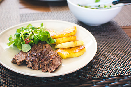 Roastbeef with grilled pineapple and greens