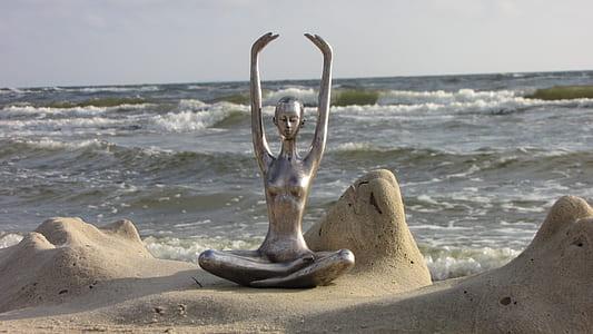 topless woman statute sin front sea