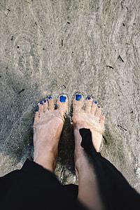 CLOSEUP OF GIRL'S LEGS AT SEASIDE