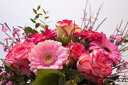 close up photograph of assorted-color flower bouquet