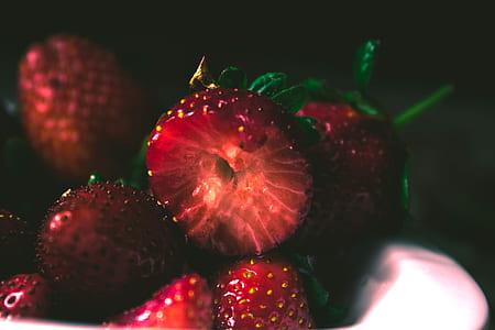 closeup photo of pile of strawberries