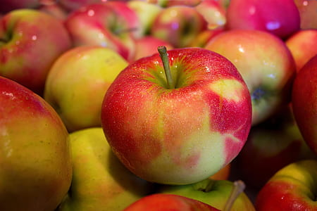 red-and-green apple lot