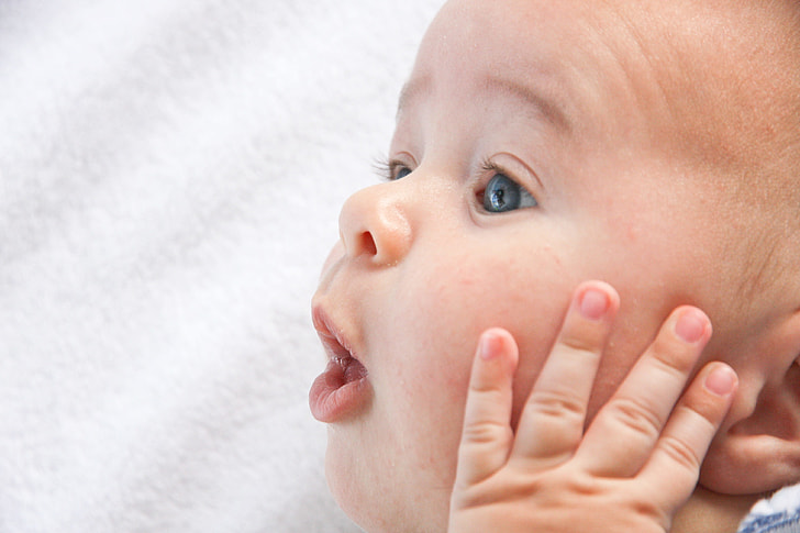 Royalty-Free photo: Closeup photo of baby holding his face | PickPik