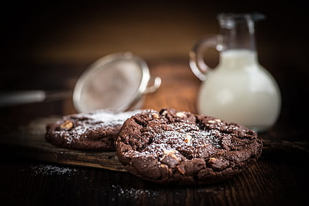 selective focus of crinkles and milk