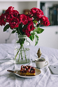Red roses, cake nad Apple iPhone 6
