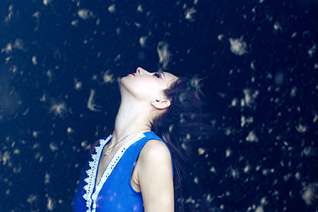 woman wearing blue sleeveless top look up the sky