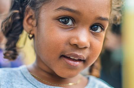 closeup photo of girl's face