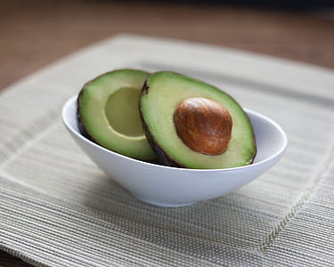 sliced avocado in bowl