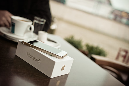 New iPhone 5S Gold in cafe